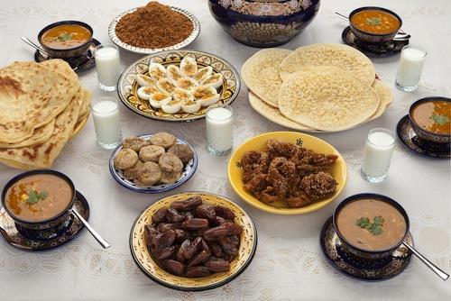 Restaurants%2c-commer%c3%a7ants%2c-b%c3%a9n%c3%a9voles%2c-ils-nourrissent-les-pauvres-pendant-ramadan